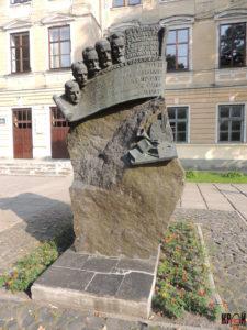Пам'ятник видатним діячам, пов'язаним з історією гімназії