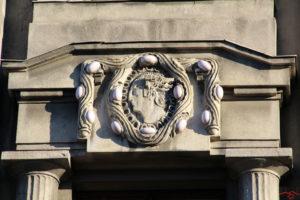 Барельєф давньоримського бога Меркурія на фасаді будівлі