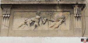 Один із барельєфів на фасаді колишнього готелю