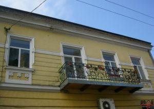 Вигляд частини другого поверху пам'ятки з балконом